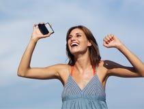 Mujer hermosa con h móvil Fotografía de archivo libre de regalías
