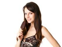 Mujer hermosa con helado del palillo del estallido Fotos de archivo
