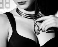 Mujer hermosa con joyería de oro Fotografía de archivo