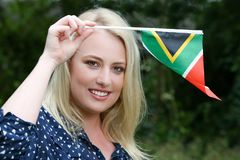Mujer hermosa con la bandera surafricana Fotografía de archivo