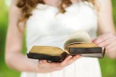 Mujer hermosa con la biblia Imagen de archivo libre de regalías