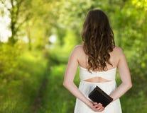Mujer hermosa con la biblia Imágenes de archivo libres de regalías