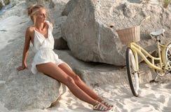 Mujer hermosa con la bici en la playa Fotos de archivo libres de regalías