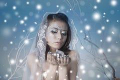 Mujer hermosa con la bola y la nieve del disco Fotografía de archivo libre de regalías