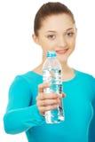 Mujer hermosa con la botella de agua mineral Fotos de archivo libres de regalías