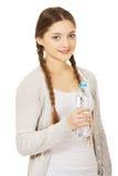 Mujer hermosa con la botella de agua mineral Foto de archivo libre de regalías