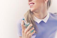 Mujer hermosa con la botella de perfume Imágenes de archivo libres de regalías
