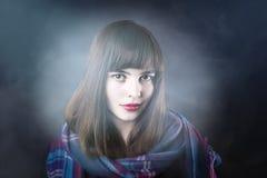 Mujer hermosa con la bufanda Fotos de archivo libres de regalías