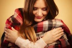 Mujer hermosa con la bufanda a cuadros Imagen de archivo libre de regalías