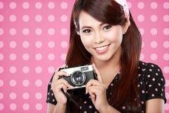 Mujer hermosa con la cámara del vintage Imagen de archivo libre de regalías