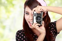 Mujer hermosa con la cámara del vintage Imagen de archivo