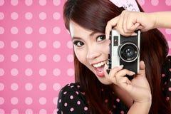Mujer hermosa con la cámara del vintage Imagenes de archivo