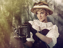 Mujer hermosa con la cámara retra en la selva Fotografía de archivo