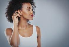 Mujer hermosa con la camisa blanca grande del pelo negro, mujer negra fotografía de archivo libre de regalías