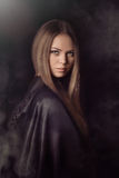 Mujer hermosa con la capa negra fotos de archivo