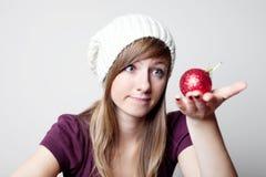 Mujer hermosa con la chuchería de la Navidad Foto de archivo