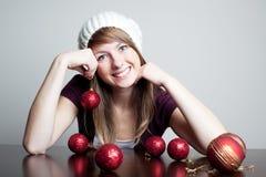 Mujer hermosa con la chuchería de la Navidad Imagen de archivo