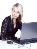 Mujer hermosa con la computadora portátil Fotos de archivo