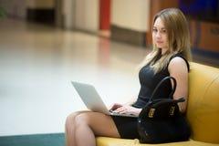 Mujer hermosa con la computadora portátil Imagen de archivo libre de regalías
