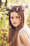 Mujer hermosa con la decoración de la flor Imagen de archivo libre de regalías