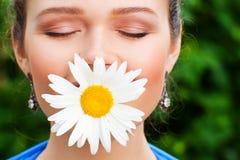 Mujer hermosa con la flor Fotografía de archivo libre de regalías