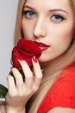Mujer hermosa con la flor fotografía de archivo