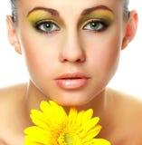 Mujer hermosa con la flor Imagen de archivo libre de regalías