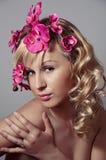 Mujer hermosa con la flor de la orquídea Fotos de archivo libres de regalías