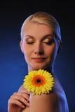 mujer hermosa con la flor del gerber Imagen de archivo