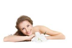 Mujer hermosa con la flor del lirio blanco Foto de archivo libre de regalías