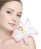 Mujer hermosa con la flor en la cara Imagen de archivo libre de regalías