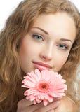 Mujer hermosa con la flor en sus manos Fotos de archivo
