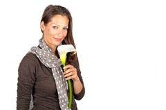 Mujer hermosa con la flor floreciente de Cala Foto de archivo libre de regalías