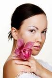 Mujer hermosa con la flor rosada Fotografía de archivo libre de regalías