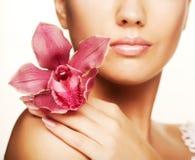 Mujer hermosa con la flor rosada Foto de archivo libre de regalías