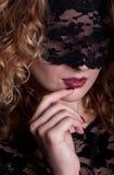 Mujer hermosa con la máscara del cordón Foto de archivo libre de regalías