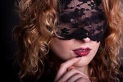 Mujer hermosa con la máscara del cordón Fotos de archivo libres de regalías
