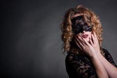 Mujer hermosa con la máscara del cordón Imagenes de archivo