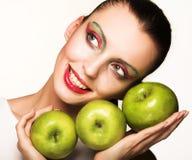 Mujer hermosa con la manzana imagenes de archivo