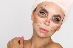 Mujer hermosa con la mascarilla hidratante del leopardo Máscara con el leopardo, gato imagen de archivo