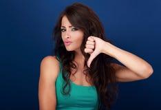 Mujer hermosa con la muestra y los ges largos de la basura de la demostración del pelo rizado Imagenes de archivo