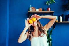 Mujer hermosa con la naranja Fotos de archivo libres de regalías