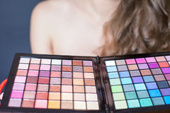 Mujer hermosa con la paleta colorida para el maquillaje de la moda Imagen de archivo libre de regalías