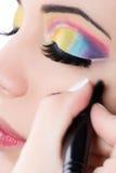 Mujer hermosa con la piel perfecta que aplica maquillaje imagen de archivo libre de regalías