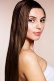 Mujer hermosa con la piel perfecta y el pelo largo Foto de archivo