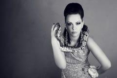 Mujer hermosa con la serpiente peligrosa Imagenes de archivo