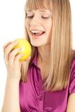 Mujer hermosa con la sonrisa de la manzana Foto de archivo libre de regalías