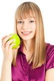 Mujer hermosa con la sonrisa de la manzana aislada en blanco Fotografía de archivo libre de regalías