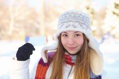 Mujer hermosa con la tarjeta de visita en blanco. Invierno. Foto de archivo