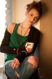 Mujer hermosa con la taza de café sobre ventana Foto de archivo libre de regalías